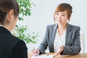 静岡相続手続きサポートセンターフロントページ画像 説明する女性